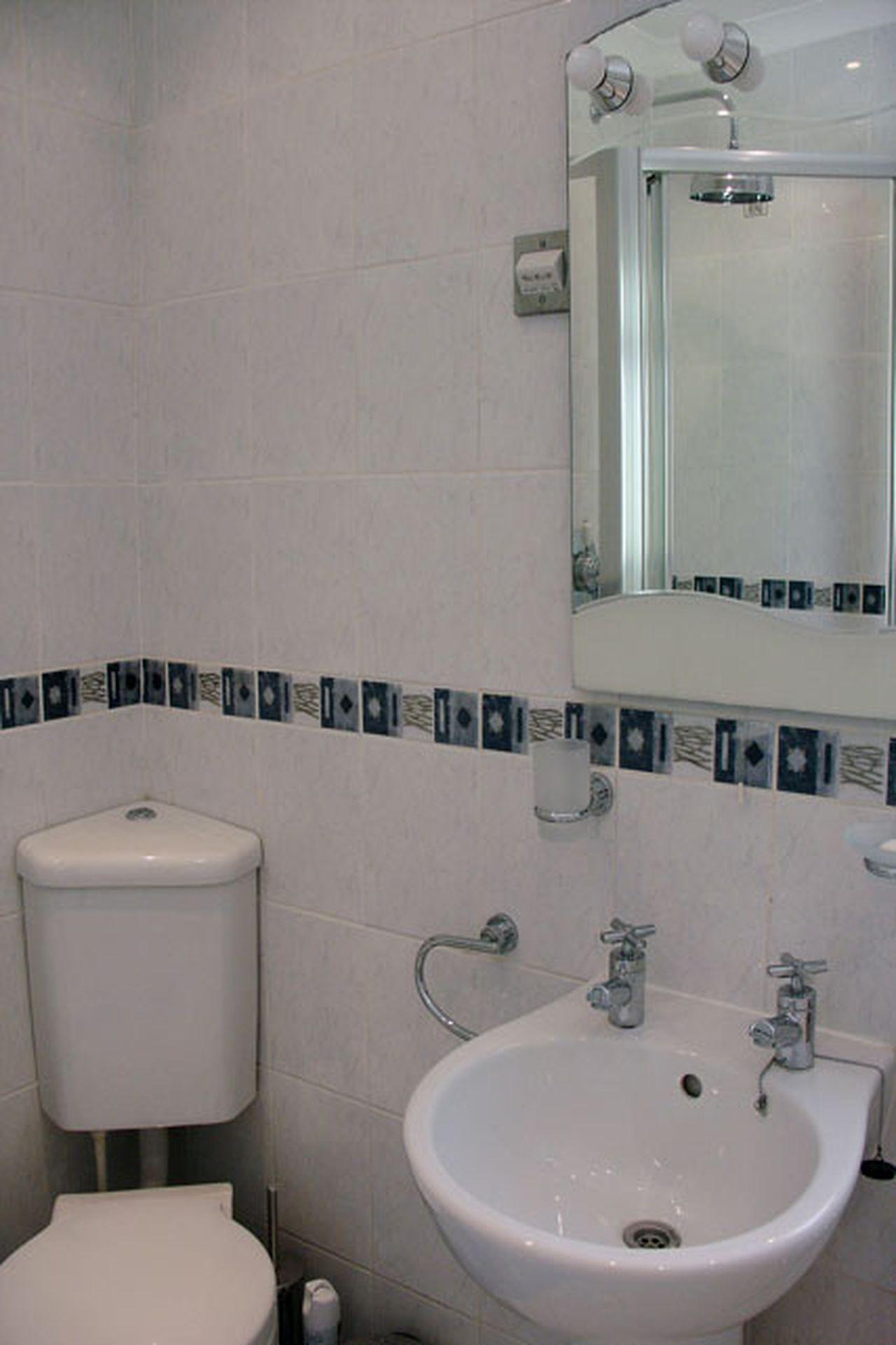 1 Gwelenys Road Bathroom