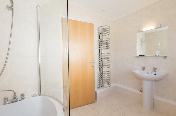 Mordros Carbis Bay Family Bathroom