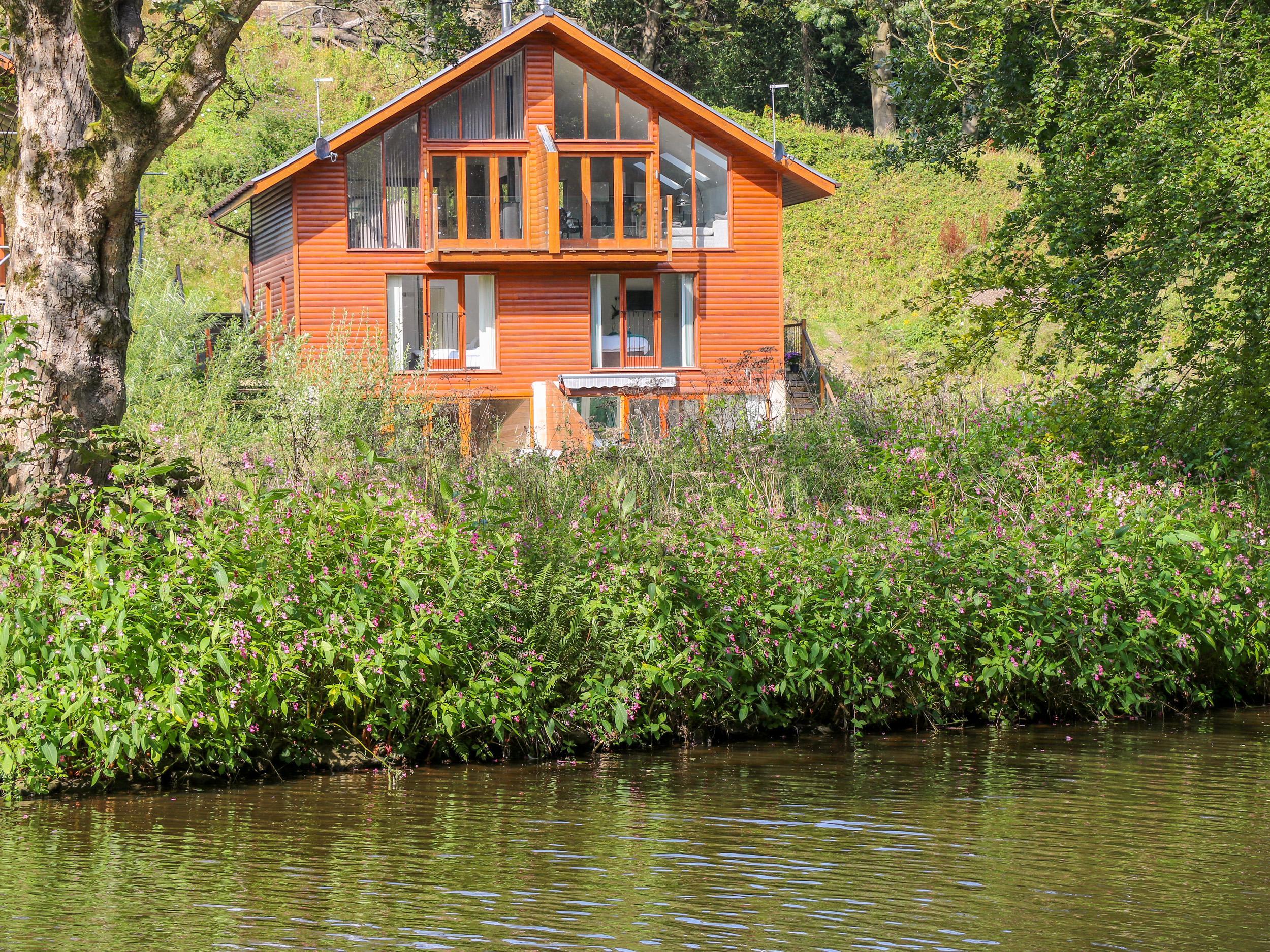 14 Waterside Lodges
