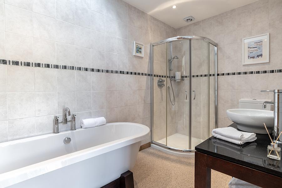 Selfcateringballater Bathroom1